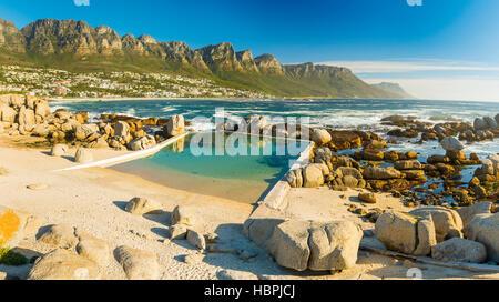 Camps Bay Ocean pool con dodici Apostoli dietro Foto Stock