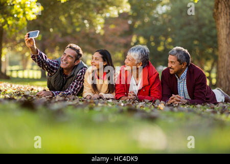 L'uomo con la famiglia tenendo selfie Foto Stock