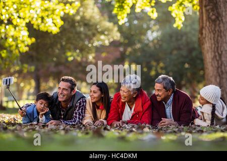 Uomo con la famiglia felice tenendo selfie Foto Stock