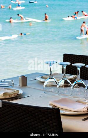 Ristorante sul mare con la tabella set. L'immagine verticale. Foto Stock