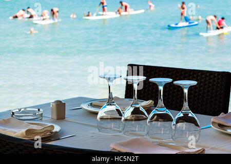 Ristorante sul mare con la tabella set. L'immagine orizzontale. Foto Stock