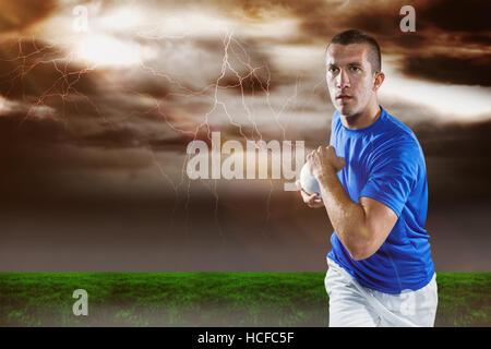 Immagine composita del giocatore di rugby in esecuzione con sfera Foto Stock