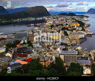 Alesund è una fiaba della città nel nord della Norvegia con i suoi edifici colorati. Foto Stock