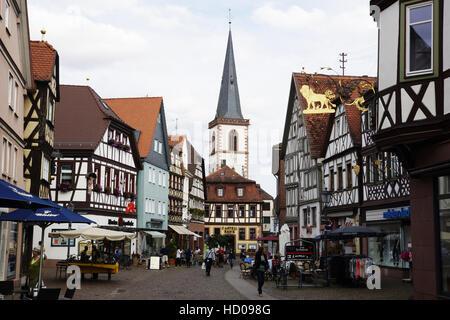 Hauptstrasse (via principale) con città chiesa parrocchiale di st. Michael, Lohr am Main, MAIN-spessart district, bassa Franconia, Baviera, Germania