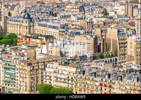 Birds Eye view di edifici in stile Haussmann e tetti nel XVI arrondissement di Parigi, Francia. Foto Stock