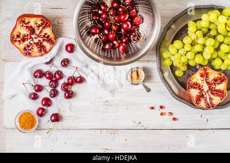 Diversi di frutta e spezie sul bianco tavolo in legno. Concetto di frutti orientali in orizzontale Foto Stock