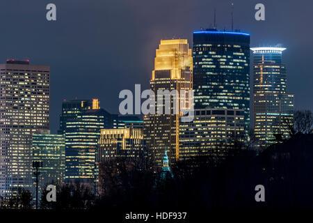 Minneapolis skyline notturno da cedar lake Parkway.