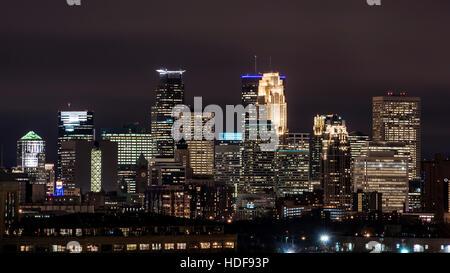 Il centro di Minneapolis, Minnesota skyline notturno. Vista dal lato nord della citta'.
