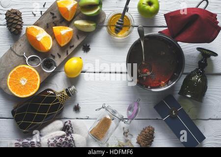 Ingredienti per il vin brulé sul bianco tavolo in legno vista superiore Foto Stock