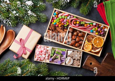 Natale decorazioni alimentari e gingerbread cookie. Xmas cucina e tavola di abete. Vista superiore Foto Stock