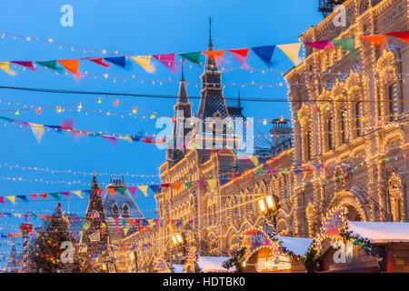 Vista del tramonto del Mercatino di Natale presso la Piazza Rossa di Mosca, Russia Foto Stock