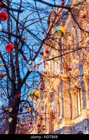 Le decorazioni di Natale di fronte illuminata la facciata della Central Department Store GUM sulla Piazza Rossa di Mosca, Russia. Foto Stock
