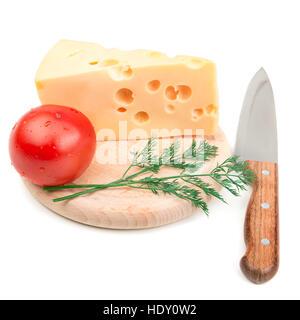 Formaggio e altri ingredienti sulla cucina blackboard isolati su sfondo bianco Foto Stock
