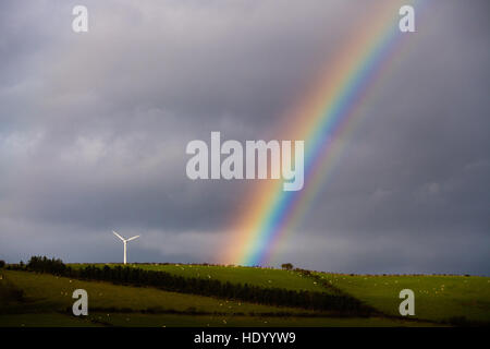 Aberystwyth Wales UK, giovedì 15 dicembre 2016 UK meteo: in un luminoso intervallo tra le docce un bellissimo arcobaleno Foto Stock