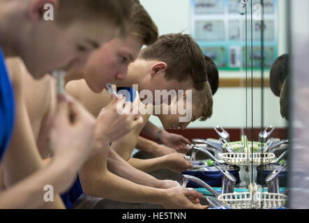 Omsk, Russia. Xvi Dec, 2016. Cadetti di Omsk Cadet Corps spazzolare i denti. © Dmitry Feoktistov ha/TASS/Alamy Live News