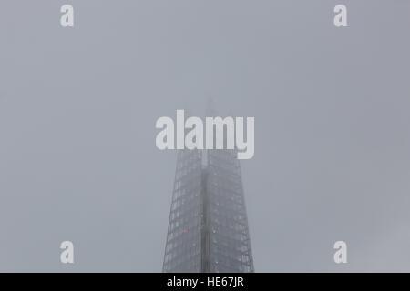Londra, Regno Unito. 19 dicembre 2016. La parte superiore del London Shard è avvolto nella nebbia e haze questa Foto Stock