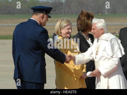 Maj Gen Frank Gorenc, Commander, Air Force quartiere di Washington, saluta il Santo Padre Benedetto XVI al suo arrivo Foto Stock