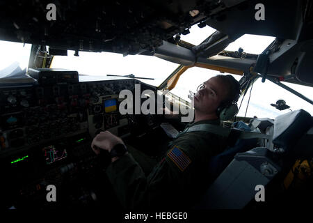 Primo Lt. Paolo Hesser, 384 Air Refuelling Squadron co-pilota, McConnell Air Force Base, Kan., aiuta il pilota di Foto Stock