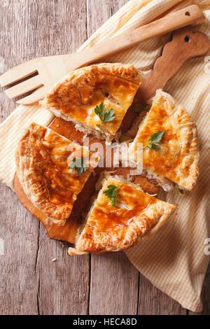 Rustico a fette di torta di pollo vicino sul tavolo. vista verticale da sopra Foto Stock