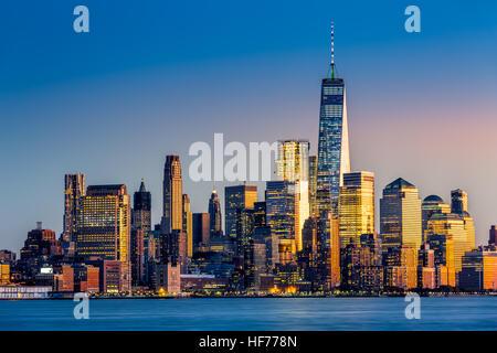 La parte inferiore di Manhattan al tramonto visto da Hoboken, New Jersey Foto Stock