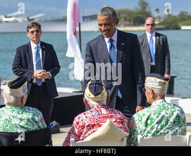 Pearl Harbor, Hawaii. 27 Dic, 2016. Il Presidente degli Stati Uniti Barack Obama saluta superstiti dell'attacco Foto Stock