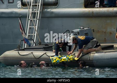 140611-N-NT265-841 BANTEN BAY (11 giugno 2014) ??? I marinai, assegnato al Diving Mobile unità di soccorso (MDSU) Foto Stock