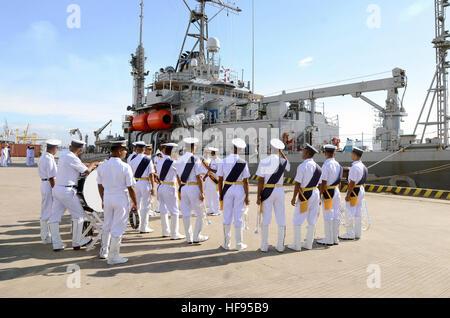 130916-N-YU572-388.CHITTAGONG, Bangladesh (sett. 16, 2013) - Membri del Bangladesh navy band guarda le immersioni Foto Stock