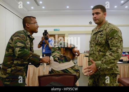 Hospital Corpsman 1a classe Hajiomar Amran, destra, assegnato a marittimo gli affari civili e formazione sulla sicurezza Foto Stock