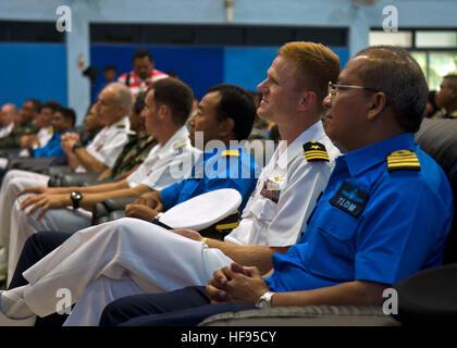 La Cmdr. Timothy Wilke, comandante della Littoral Combat Ship USS libertà LCS (1), partecipa alla cerimonia di chiusura Foto Stock