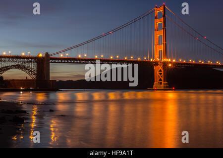 Golden Gate Bridge e i riflessi dell'acqua. Fort Point, San Francisco, California, Stati Uniti d'America