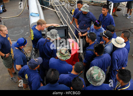 130617-N-LX503-034 KUANTAN, Malaysia (17 giugno 2013) velisti assegnati al Mobile Diving e unità di soccorso (MDSU) Foto Stock