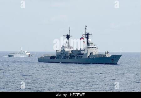 130629-N-YU572-272 Mare delle Filippine (29 giugno 2013) - Philippine Coast Guard nave Edsa (SARV 002), a sinistra Foto Stock