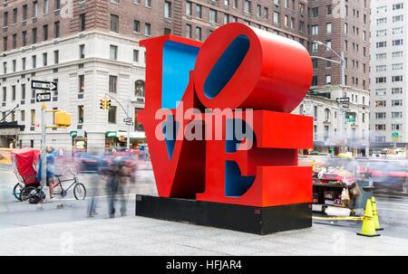 Una lunga esposizione colpo di iconico amore pop arte scultura dell'artista Robert Indiana nella città di New York Foto Stock