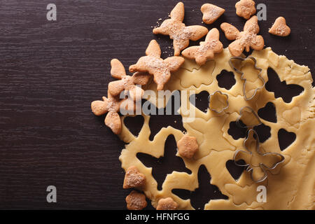 Per la cottura dei cookie figura in forma di farfalle vicino sul tavolo. vista orizzontale dal di sopra Foto Stock