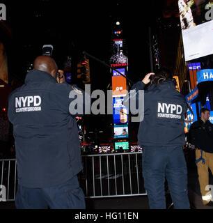 New York, NY, STATI UNITI D'AMERICA. 31 Dic, 2016. Atmosfera fuori e circa per celebrità Candids - Capodanno 2016, Foto Stock