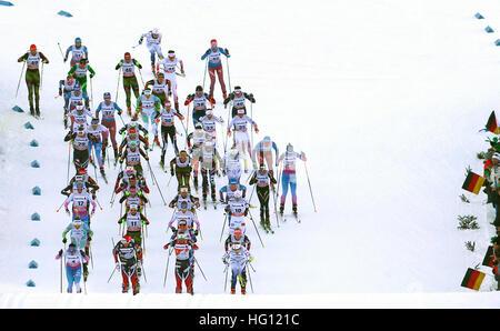 Oberstdorf, Germania. 03 gen 2017. I fondisti start nell'FSI Tour de Ski la concorrenza a Oberstdorf in Germania, 03 gennaio 2017. La competizione si svolge tra il 03.01.17 e 04.01.17. Foto: Karl-Josef Hildenbrand/dpa/Alamy Live News