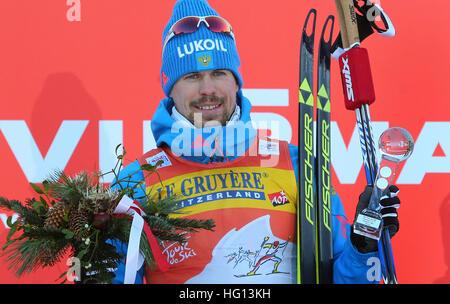 Oberstdorf, Germania. 03 gen 2017. Il russo Sergey Ustiugov (primo) in piedi sul podio durante la FSI Tour de Ski la concorrenza a Oberstdorf in Germania, 03 gennaio 2017. La competizione si svolge dal 03 al 04 gennaio 2017. Foto: Karl-Josef Hildenbrand/dpa/Alamy Live News