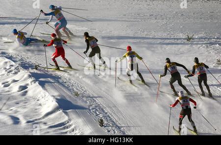 Oberstdorf, Germania. 03 gen 2017. Sciatore finlandese Perttu Hyvàrinen cade durante la FSI Tour de Ski la concorrenza a Oberstdorf in Germania, 03 gennaio 2017. La competizione si svolge dal 03 al 04 gennaio 2017. Foto: Karl-Josef Hildenbrand/dpa/Alamy Live News