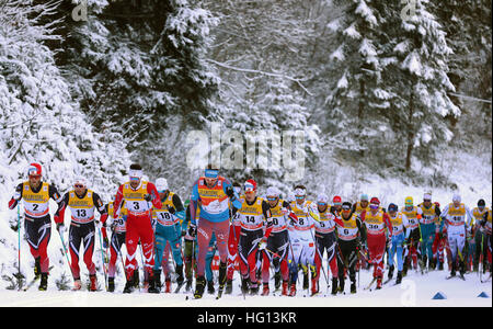 Oberstdorf, Germania. 03 gen 2017. Il russo Sergey Ustiugov (M) che conduce il campo durante la FSI Tour de Ski la concorrenza a Oberstdorf in Germania, 03 gennaio 2017. La competizione si svolge dal 03 al 04 gennaio 2017. Foto: Karl-Josef Hildenbrand/dpa/Alamy Live News