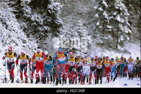 Oberstdorf, Germania. 03 gen 2017. Il russo Sergey Ustiugov (M) che conduce il campo durante la FSI Tour de Ski Foto Stock