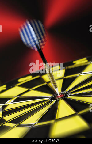 Dart in bullseye Foto Stock