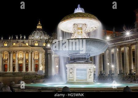La cosiddetta antica fontana è uno dei due fontane gemelle poste in Piazza San Pietro in Vaticano. Qui di notte Foto Stock