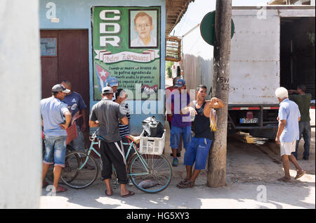 Un venditore di pesce nelle strade di Trinidad, Cuba. Foto Stock