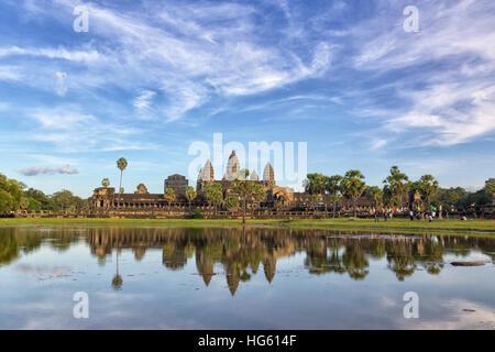 Punto di riferimento della Cambogia Angkor Wat con la riflessione in acqua sul tramonto. Siem Reap, Cambogia Foto Stock