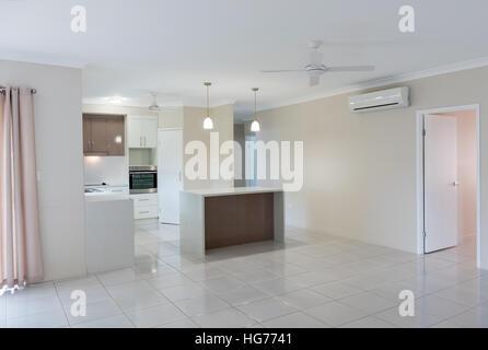 Cucina bianca con pavimento in piastrelle chiare ci sono for Casa moderna pianta