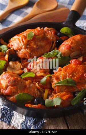 Il cibo italiano: Pollo con pomodoro e verdure close-up in una padella. In verticale Foto Stock