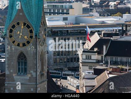 Zurigo Paradeplatz con la sede sia di UBS e Credit Suisse, visibile dietro il campanile della chiesa del duomo Fraumunster Foto Stock
