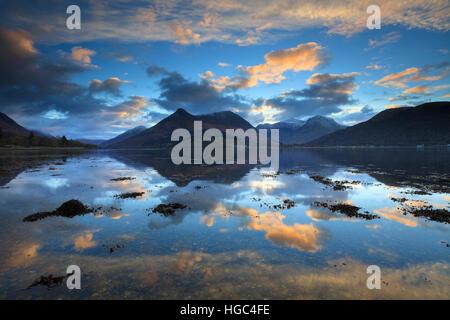Tramonto catturato dalla North Shore di Loch Leven nelle Highlands scozzesi con il Pap di Glencoe in distanza. Foto Stock