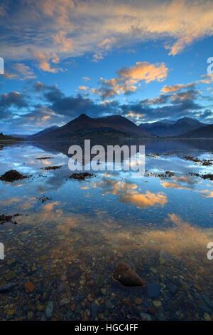 Sunrise catturate da North Shore di Loch Leven nelle Highlands scozzesi con il Pap di Glencoe in distanza. Foto Stock