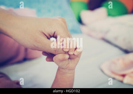 Chiudere fino a mani di madre e bambino Foto Stock